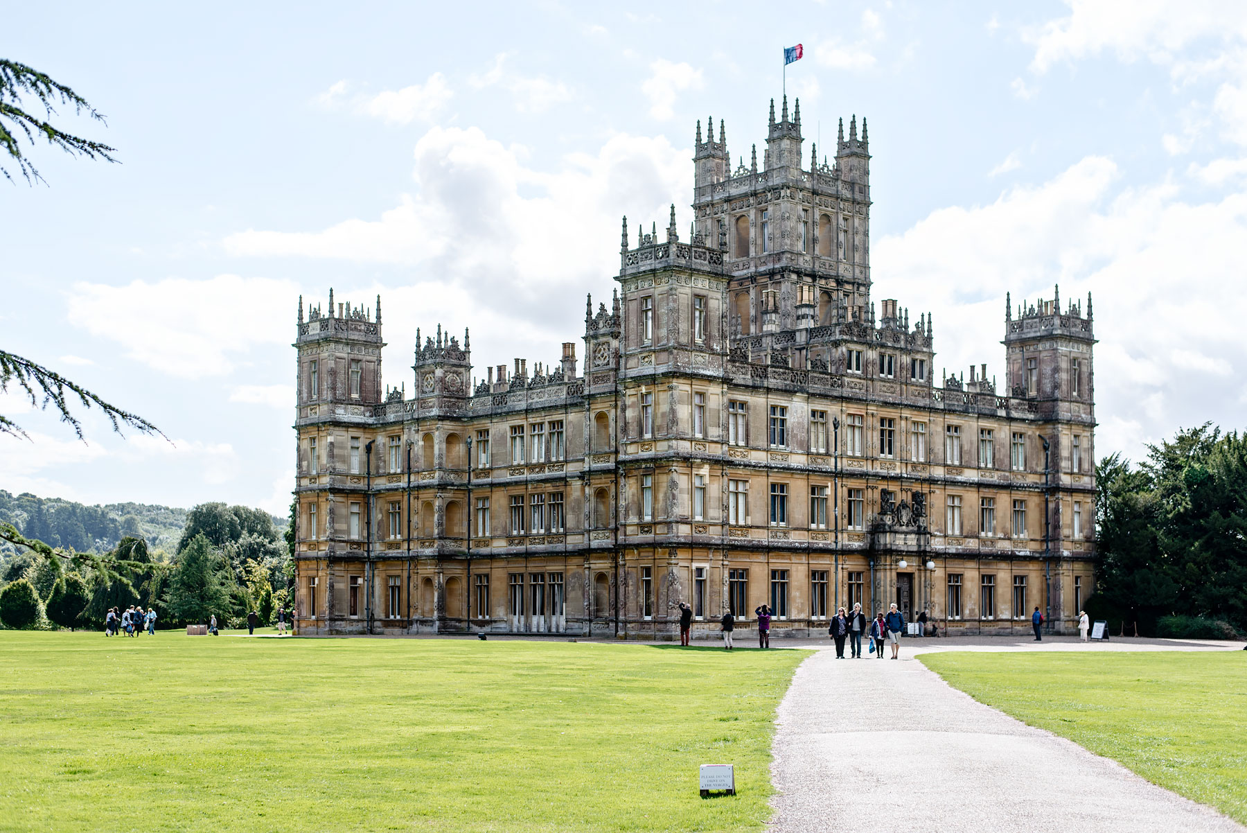 Visiting highclere castle with downton abbey fans - Downton abbey chateau ...